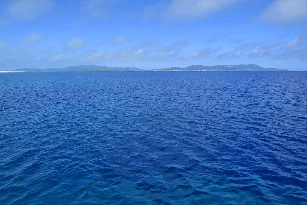 海上から久米島を眺める