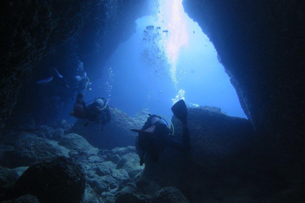 アーラ親子岩の洞窟