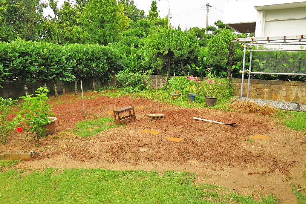 芝生をはる庭