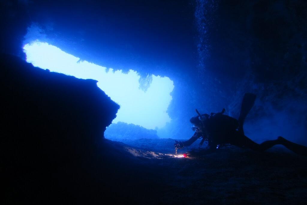 ブルーの海でダイビング