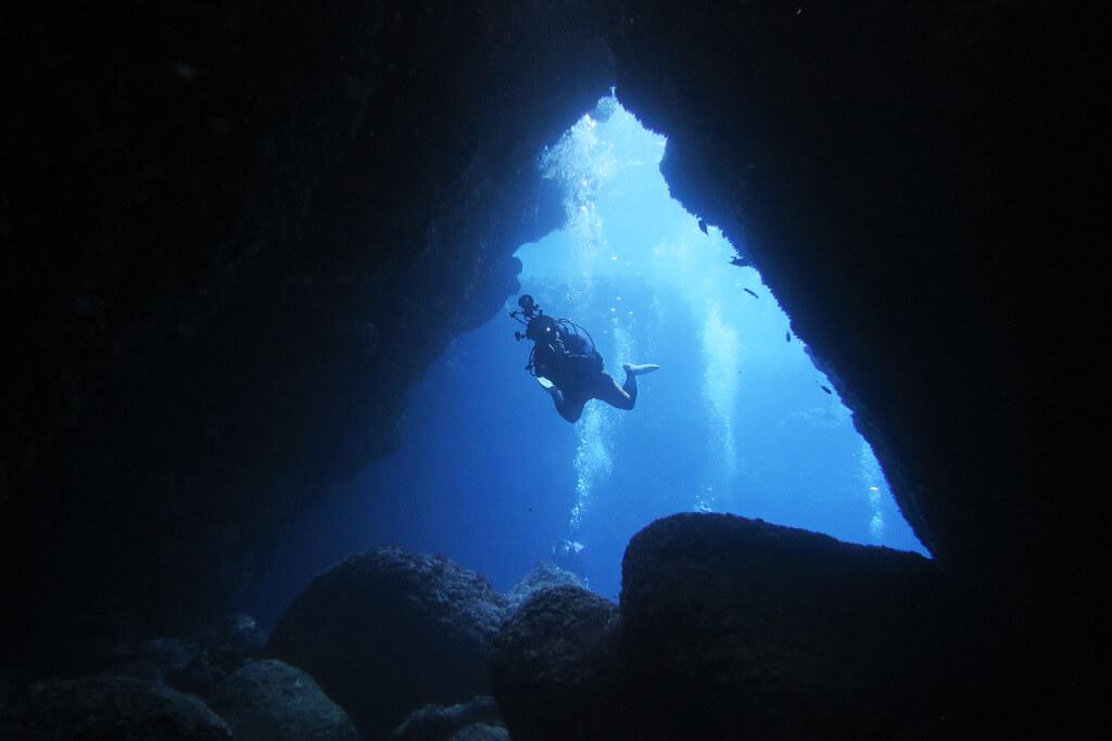 親子岩のトンネル