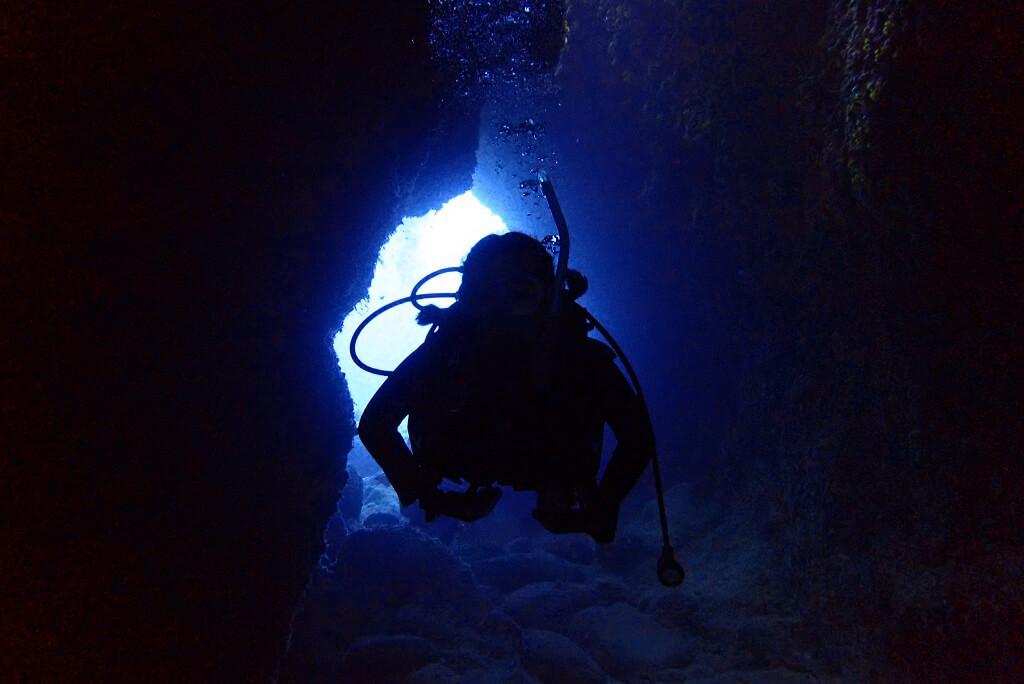親子岩の洞窟