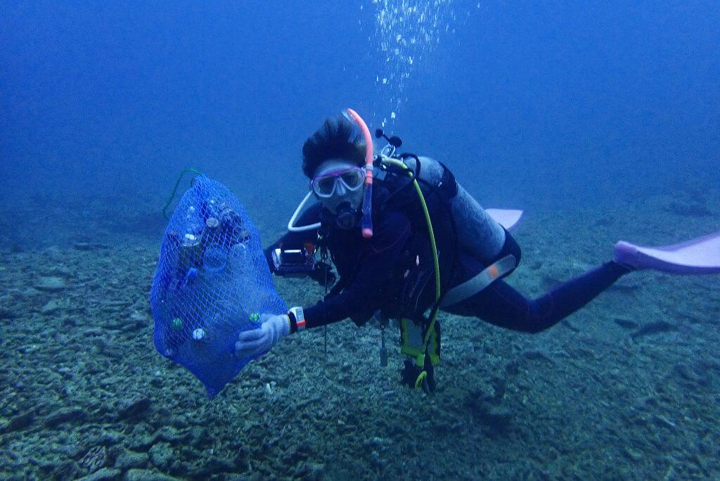 海底ゴミをネットに集める
