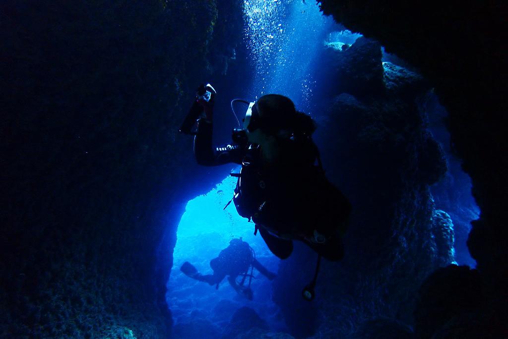 洞窟に差し込む光