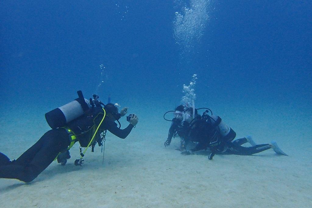 水中で記念撮影
