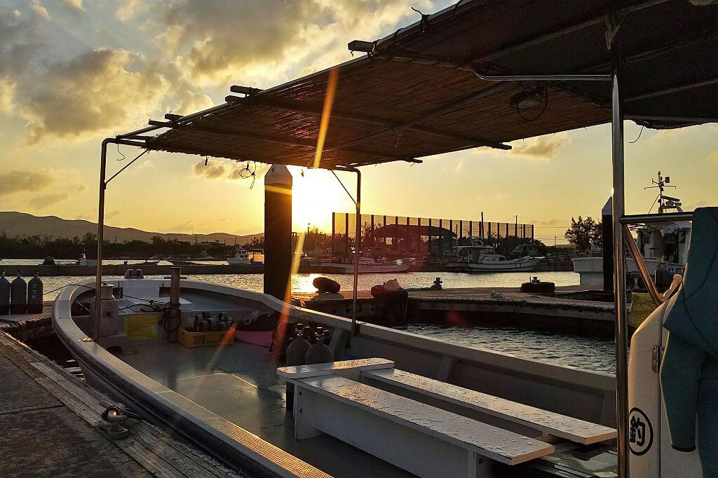 港から見る夕日