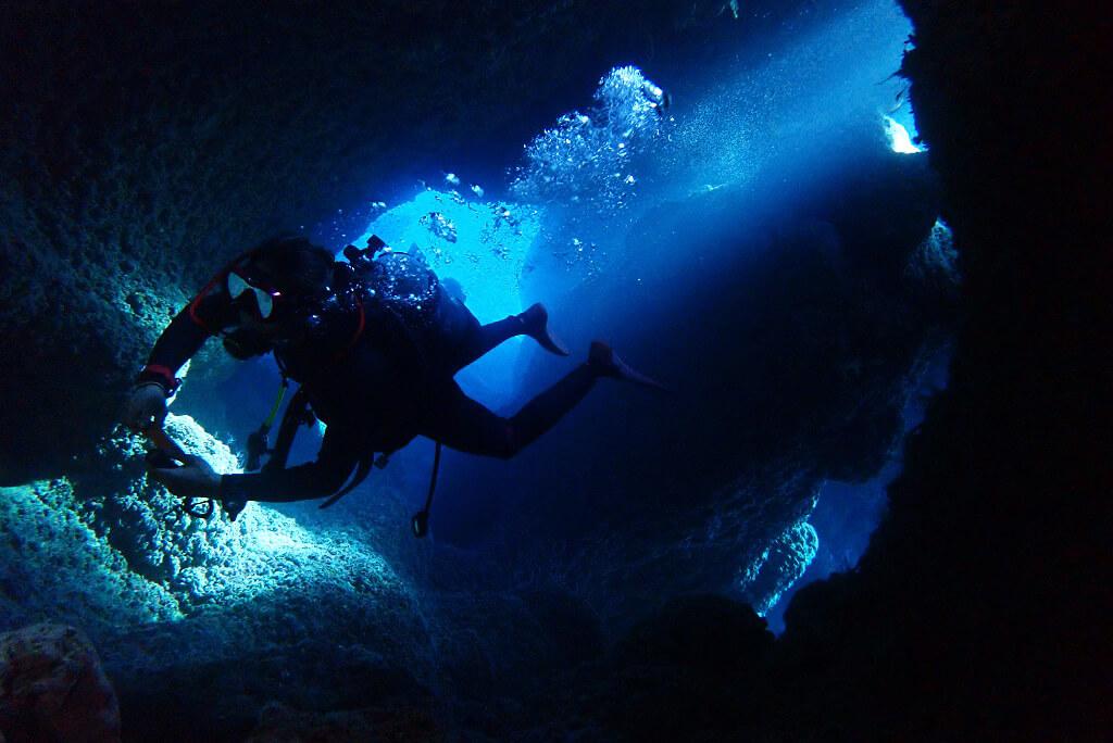 水中洞窟に差し込む光