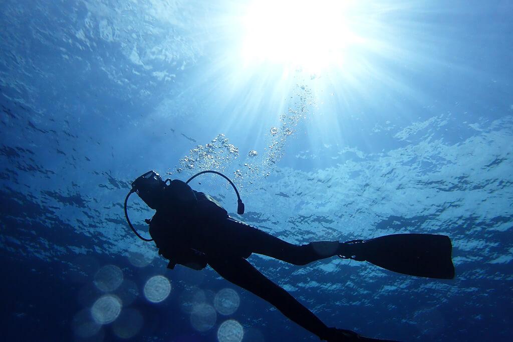 水中に差し込む太陽