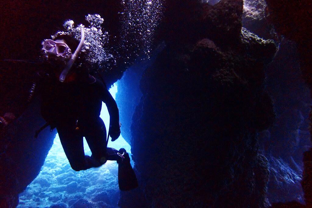明るい水中洞窟