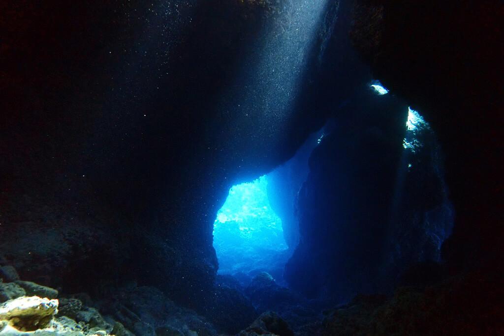 洞窟にレーザービーム